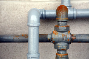 Cómo reparar una tubería de agua con fuga